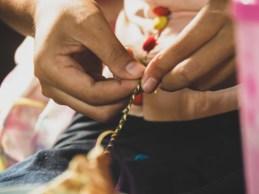 Su Su dělá náramky pro holky