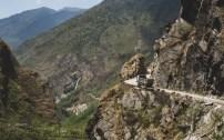 Náklaďák nad nejhlubší roklí na světě. Ghasa, Nepál