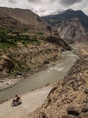 Daška nad řekou Panj. Pohraničí Tádžikistánu a Afgánistánu