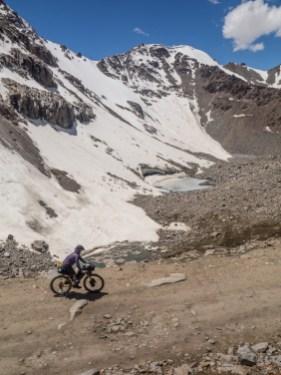 Skály, sníh a jezírka. Tosor Pass, Kyrgyzstán