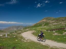 Zkontrolovat brzdy a odpočinout prsty. Okolí Tossor Pass, Kyrgyzstán