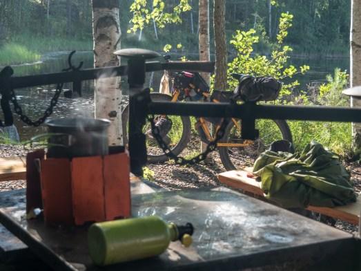 Čaj o páté. Pitkäjärvi laavu, Mäntyharju, FInsko