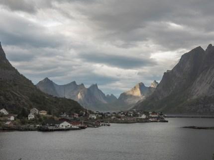 Žulové stěny za Reine. Lofoty, Norsko