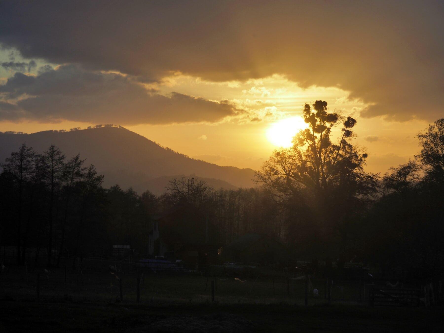 Západ slunce nad Ondřejníkem z úbočí Malé Prašivé. V Beskydech je krásně.