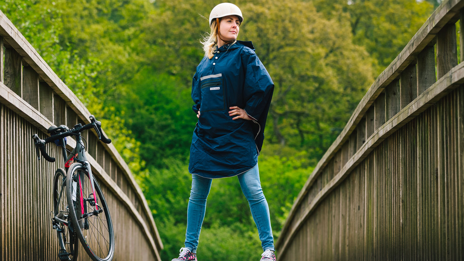 Mujer con bicicleta e impermeable