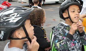 kids fitting helmets
