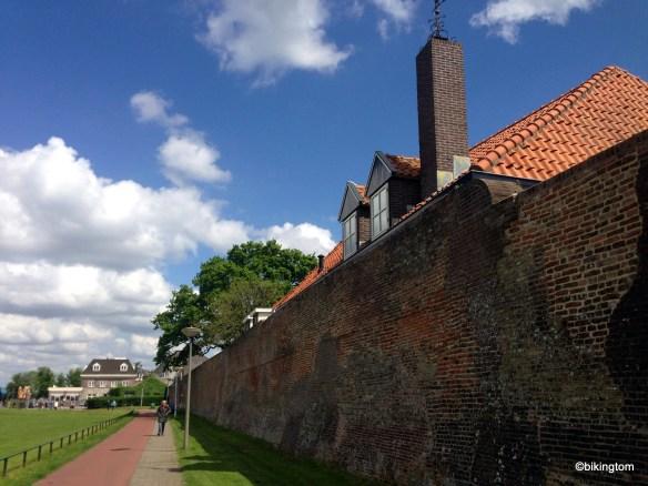 Ein Stück der Stadtmauer von Harderwjik an der Uferpromenade