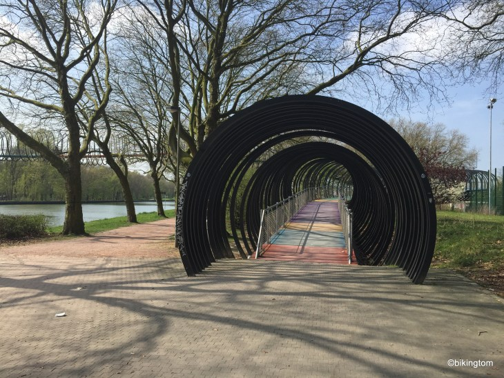 """Die reine Fußgängerbrücke """"Slinky Springs To Fame"""