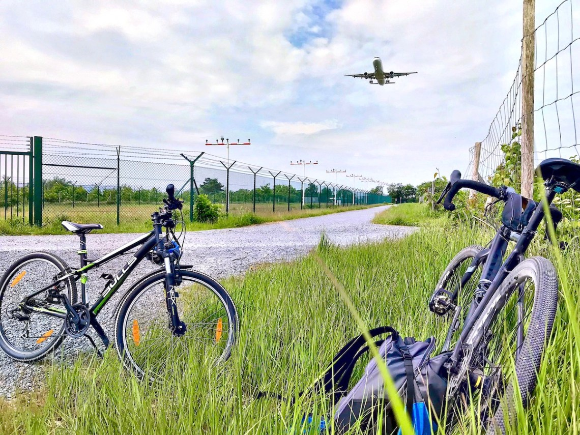 Vater,Sohn,Fahrradtour,Flughafen,Flugzeug