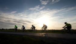 Vätternrundan, la plus grande cyclo d'Europe, voire du monde à l'heure actuelle, offre des moments magnifiques au lever du soleil. Photo Micke Fransson/Vätternrundan