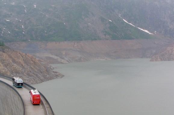 Les bus des équipes ont dû se garer sur le barrage d'Emosson.