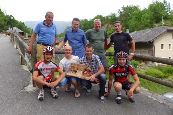 Le comité d'organisation de l'étape valaisanne avec le trophée de l'édition 2014.