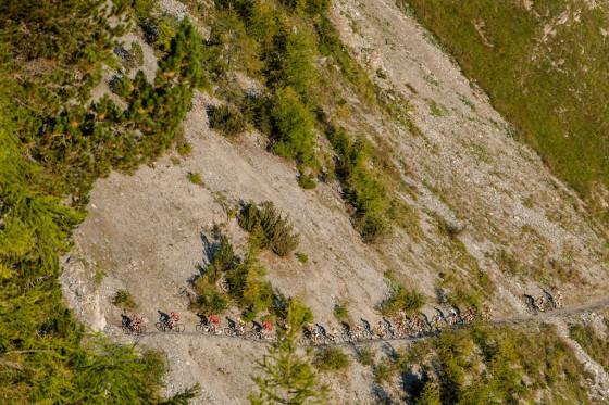 En route pour la falaise de Leukerbad lors de la 2e étape. Photo Maaswerd