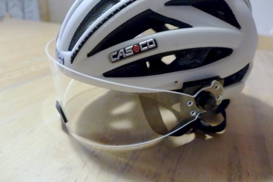 La fixation de la visère sur ce casque s'est avérée problématique, avec une surface de contact insuffisante pour la partie autocollante.