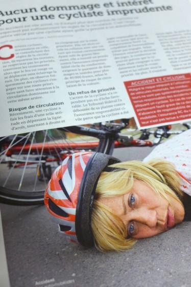 Hou, la méchante cycliste qui ne respecte pas la priorité, bien fait pour elle!