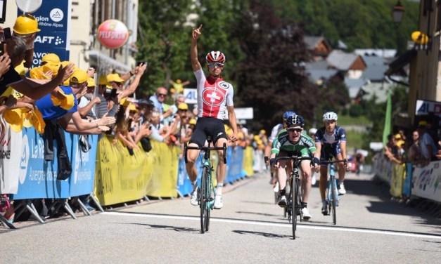 Gino Mäder sur le podium du Tour de l'Avenir