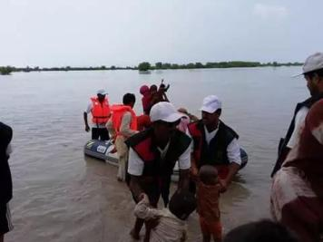 @AyazBuriro2 PSF workers along with #PPP rescue emergency team rescue at ulra bund Ripri bund Khairpur 1