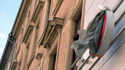 Noch sind die Schilder verhüllt, aber der Wind reißt schon dran.