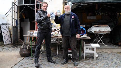 Stefan Schulz, Sprecher der Werbegemeinschaft Dresden Neustadt und Trödelmeister Achim Schmidt-Beyer proben den Umtrunk.