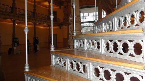 Die Treppe zur Galerie - oben stehen die Schreibtische.