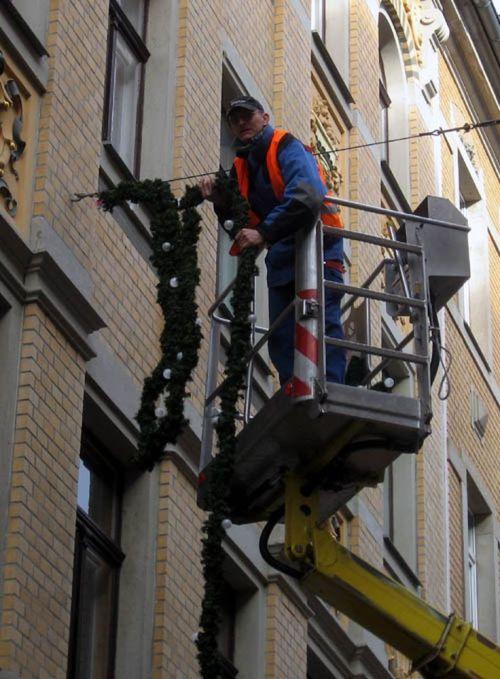 Die Weihnachtsgirlanden werden wieder aufgehängt.