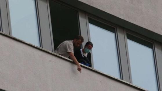 Mitarbeiter der Mordkommission untersuchen ein Fenster im 10. Stock
