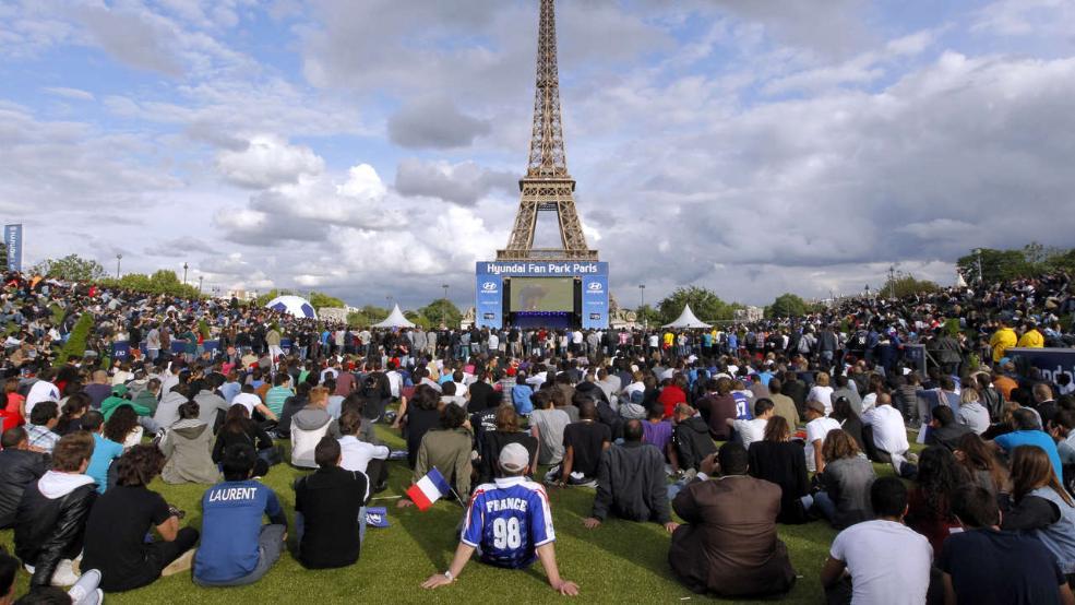 Schon bei der EM 2012 gab es einen riesigen Bildschirm vor dem Eiffelturm, Tausende Fans fieberten dort bei den Spielen mit