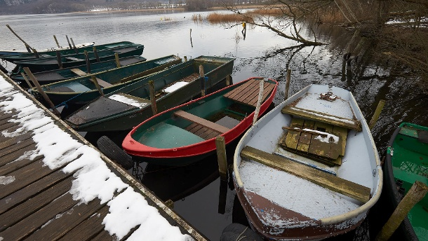 Boats float on a jetty at Laacher See. A volcano is still lying beneath the body of water, which is still very active, as researchers have first documented. (Source: dpa)