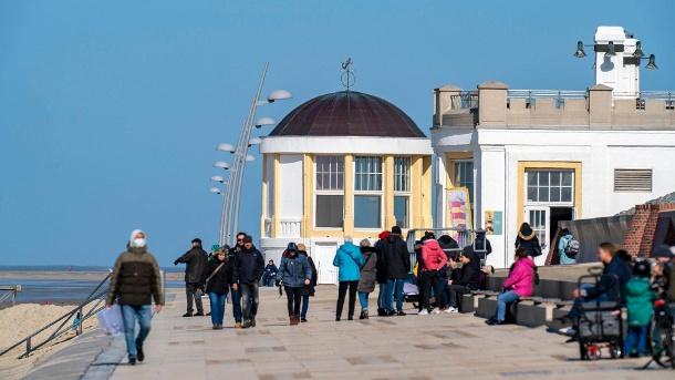 Tourists on the North Sea island of Borkum: The minimum stay for guests on the East Frisian Islands is seven days. (Source: imago images)