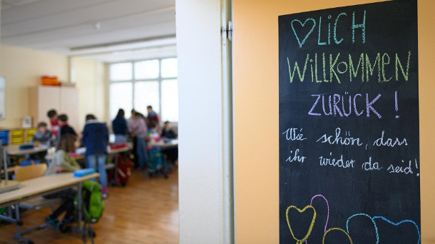 Welcome sign in a school in Dresden: The primary schools in Saxony have been in restricted regular operation for a week.  (Source: dpa / Robert Michael)
