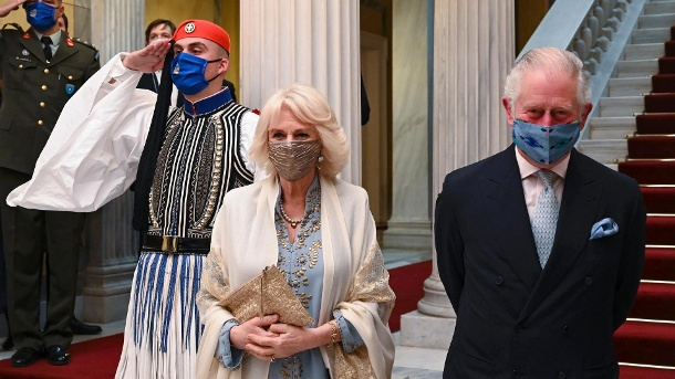 Charles and Camilla upon arrival in Athens.  Both are already vaccinated.  (Source: Angelos Tzortzinis / AFP / AP / dpa)