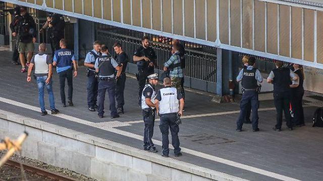 In Flensburg ist es am Abend in einem Zug zu einer Messerstecherei gekommen.