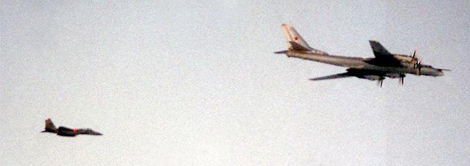 Friedliche Koexistenz: Im Sommer 1999 begleitet ein US-Kampfjet bei einer Übung nahe Island eine russische Tu-95.