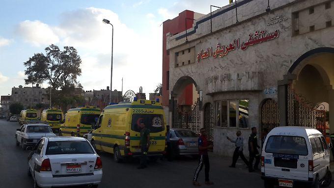 Rettungswagen warten vor dem Arish Krankenhaus im Nord-Sinai.