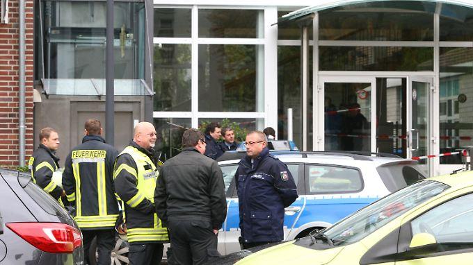 Einsatzkräfte vor dem Amtsgericht in Eschweiler, wo es zu der Messerstecherei kam.