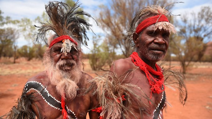 Aborigines in Mutitjulu in Northern Territory, Australien.
