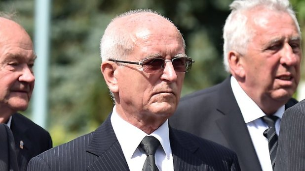 Hoffmann (m.) And the chairman of the ex-SED Secretary General and the Council of State of the NDK Egon Krenz (r.), Hoffmann's predecessor, Heinz Keßler's funeral.