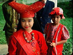 Die Minangkabau auf Sumatra, ein 6-Millionen-Volk, sind die größte nach matriarchalen Mustern lebende Gesellschaft auf der Welt. Die Kinder lernen die Kultur, indem sie von Anfang an teilnehmen.
