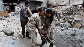 Kämpfer der Freien Syrischen Armee bereiten sich auf die nächste Attacke vor.
