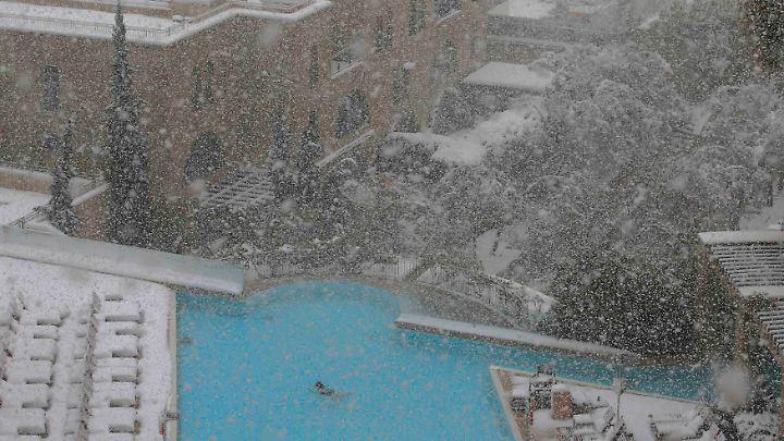 Der Pool des David Citadel Hotels in Jerusalem ist beheizt. Ein Gast genießt das ungewöhnliche Wetter.