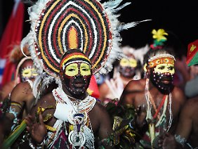 Tänzer in traditioneller Kleidung in Port Moresby, Papua-Neuguinea.