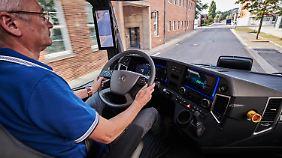 Während die Außenhaut des Urban e-Truck futuristisch anmutet, ist das Cockpit vergleichsweise konventionell gestaltet.