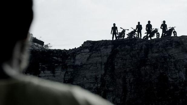 Biken in unberührter Natur: Das war der Plan der Freunde. Aber vier andere Motorradfahrer machen daraus einen Kampf um Leben und Tod.
