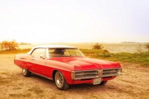 Ein Pontiac im Sonnenuntergang