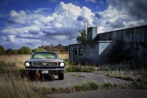 Mustang an der alten Halle