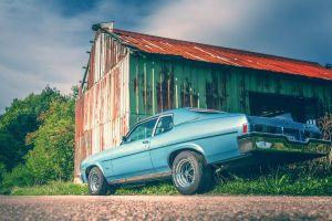 Oldsmobile an der Scheune
