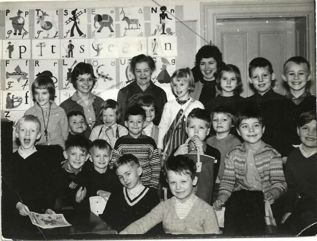 Semis klass 2 år 1961. Bland populära lekar barnen ägnade sig åt märktes herre på täppan, hoppa twist och spela kula. Isplanen var också populär vintertid samt längdhoppningsgropen. Det lär även ha lekts ryska posten högst upp i skolbyggnaden då det var klassfest där. På lördagar, en dag då barnen gick i skolan vid den här tiden, var det roliga timman. Att mima till Beatles var då särdeles populärt. Bild: Privat.
