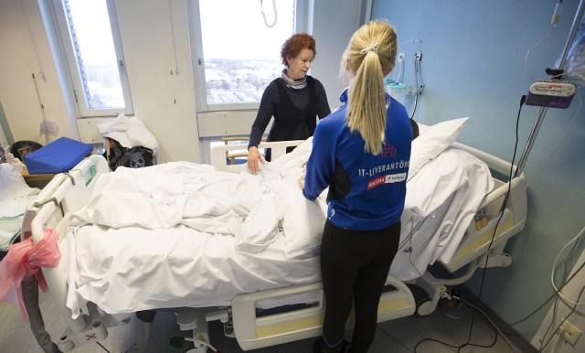 Ann-Sofie Staaf och hennes dotter Ebba vid ett besök på sjukhuset.