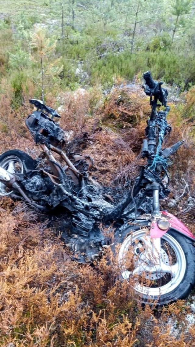 Det mesta är uppbränt men David kände igen sin moped direkt.