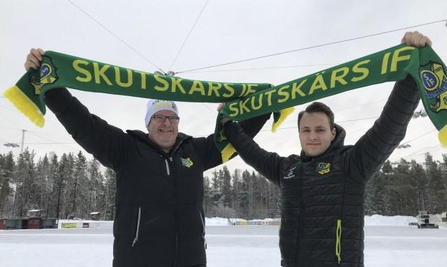 Johannes Siirtola ihop med klubbens ordförande Sören Sandström..